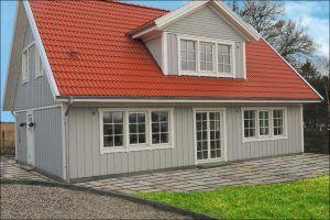 Hus med blå himmel samt græs og fliser 10-10-16rentegnet